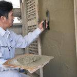 "<b>[左官工]</b> 建物の壁・床などを""こて""で塗り上げていく専門職<br>"